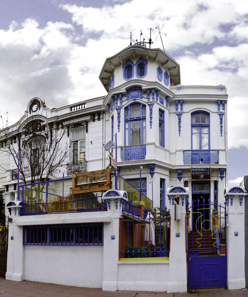 Vista principal del hostal ubicado en Av. Brasil #1822, Valparaíso.