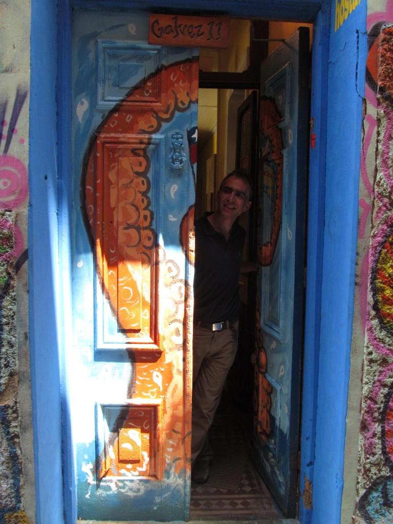 Christian Günter, en la puerta principal del hostal, contento con el trabajo realizado por un artista porteño.